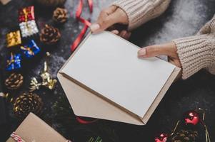 mains tenant un cahier ouvert photo