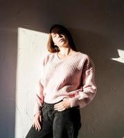 portrait d'une jeune femme avec un motif d'ombre sur le visage et le corps photo
