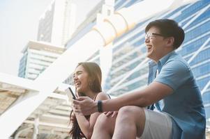 couple aime l'homme et les femmes en riant photo