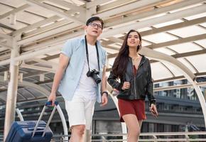 touriste asiatique en couple avec impatience et voyage dans la ville urbaine. photo