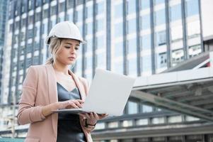 Portrait de jolie jeune femme ingénieur civil travaillant photo