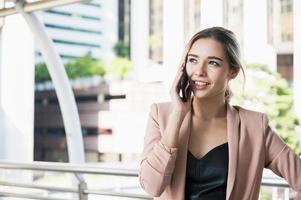 portrait, de, sourire, jolie, jeune, femme affaires, utilisation, téléphone photo