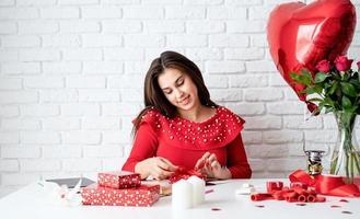 femme emballant des cadeaux pour la saint valentin photo