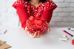 femme tenant un cadeau pour la saint valentin photo