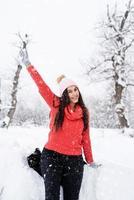 belle jeune femme souriante en hiver en plein air saluant bonjour photo