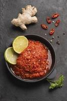 le délicieux arrangement de plat de sambal photo
