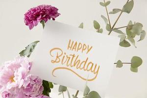 le joyeux anniversaire avec composition de fleurs photo
