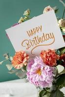 carte de joyeux anniversaire avec assortiment de fleurs photo