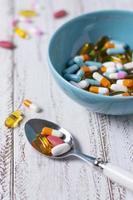 cuillère à angle élevé avec différentes pilules photo