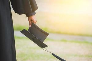 gros plan diplômé tenant un chapeau. éducation à la réussite à l'université photo
