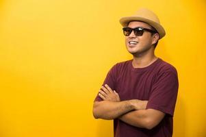 sourire bonheur jeune homme asiatique sur fond jaune photo