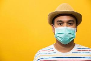 gros plan jeune homme asiatique portant un masque de protection photo