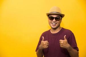 jeune homme asiatique avec chapeau se sent heureux et surpris photo