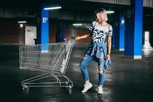 femme avec des caddies dans un parking photo