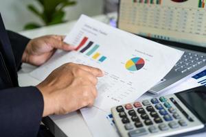 comptable travaillant sur des rapports financiers photo