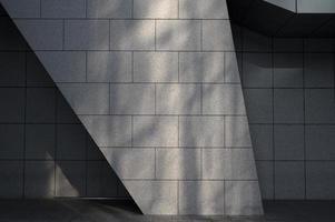 voir le bâtiment de la ville avec les ombres de la lumière du jour photo