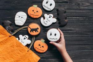 un paquet pour halloween avec du pain d'épice d'horreur photo