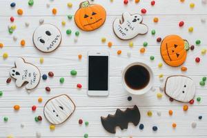 tasse de café et smartphone avec bonbons et pain d'épice photo