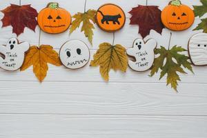 décor d'automne, feuille et pain d'épice photo