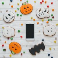 smartphone avec bonbons et pain d'épice photo