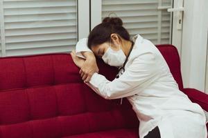 docteur dormant sur le canapé après le quart de nuit photo