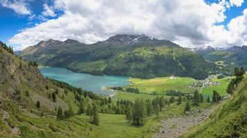Vue sur sils maria dans la vallée de l'engadine en suisse photo