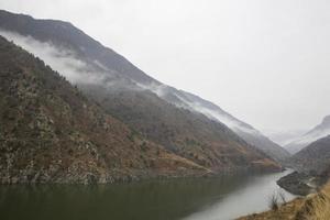 montagnes dans le brouillard photo