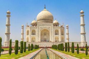 panorama du taj mahal à agra en inde avec d'étonnants jardins symétriques. photo