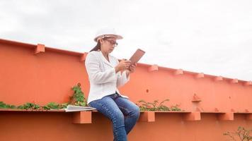 femme ingénieur chantier de construction du barrage hydroélectrique. photo
