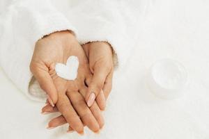 forme de coeur de crème de soin d'hygiène d'ongle. résolution et haute qualité belle photo