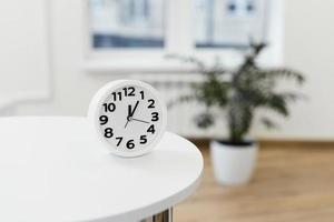 arrangement avec table d'horloge 2. résolution et belle photo de haute qualité