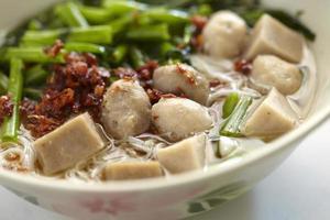 gros plan de la soupe chinoise aux boulettes de viande et au chili photo