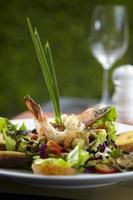 salade de crevettes asiatique au restaurant photo