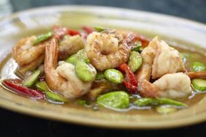 crevettes épicées et haricots verts dans la cuisine thaïlandaise photo
