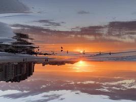 plage ensoleillée nuageux coucher de soleil avec condos photo