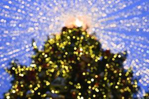 lumières rougeoyantes d'arbre de noël décorées photo