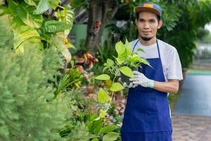 homme heureux houblonné dans le jardin à la maison photo