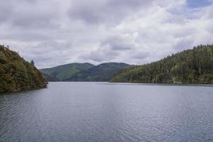 Lac de montagne dans le parc national de pudacuo à shangri la, yunnan chine photo