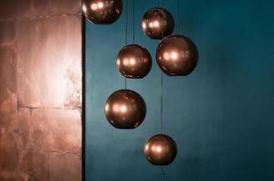 lampes en bronze sphère avec fond bleu foncé photo