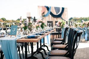 configuration de décoration extérieure d'événement de mariage, journée d'été ensoleillée photo