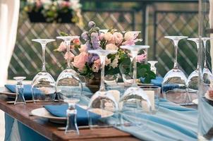 configuration de table de décoration d'événement, serviettes bleues, fleurs, à l'extérieur photo