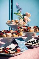 buffet de bonbons avec cupcakes, macarons et autres desserts photo