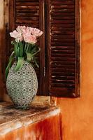 fleurs roses dans un vase photo