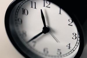 mise au point douce sur l'horloge classique en noir et blanc dans le sens des aiguilles d'une montre. photo