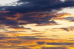 ciel d'aube au crépuscule doré avant le coucher du soleil photo