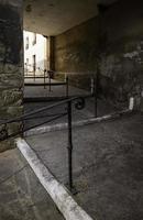 escalier ancien avec rampe en fer forgé photo