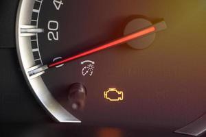 moteur de voyant d'avertissement dans le tableau de bord de voiture photo