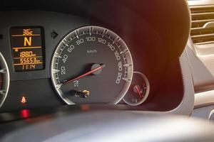 jauge de compteur de vitesse sur le tableau de bord dans la voiture photo