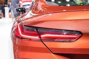 la voiture de feu arrière rouge gros plan photo