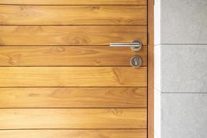 poignée de porte en acier inoxydable et porte en bois photo